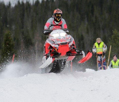 ÅRETS UTØVER: Signe Bråten fra Hattfjelldal snøscooterforening i aksjon under Midt-Norsk mesterskap på Villmoen i Hattfjelldal. Nå er hun nominert til årets kvinnelige utøver på Motorsportgallaen.