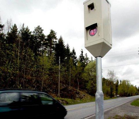 En voldtektstiltalt svenske på rømmen i Norge ble knipset av en fotoboks langs E6 i Eidsvoll. Det førte til at han ble etterlyst, pågrepet og utlevert til svensk politi.