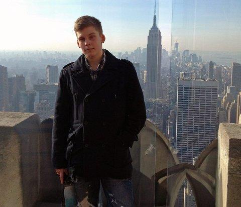 TIL TOPPS: Jonas på toppen av Rockefeller Center. - Han fikk oppfylt drømmen om Amerkia. Et godt minne, sier Torkjell om gutteturen de hadde til New York i fjor.