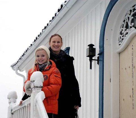 Her bodde han: Endelig fikk Signe Olsbø sett barndomshjemmet til sin helt, Thor Heyerdahl. Her på trappa sammen med Gillian Hockly.