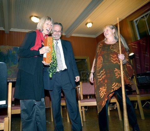 HYLLEST: Ragni Einmo og Toril Fosby overrakte gaver og hyllester fra Vefsnensemblet.