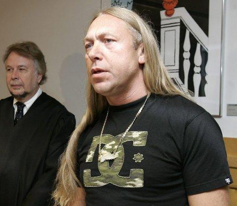 ISOLERES: Leif Kristiansen (54) soner for tiden en femårig dom i Trondheim fengsel. Etter at han ble tvangsflyttet hit tidligere i år, er han underlagt det kontroversielle infoflyt-regimet.  Her er han i retten sammen med advokat Christian Wiig (til venstre).