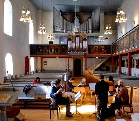FULL KLAFF: Medlemmene i ensemblet Bergen Barokk synes de har hatt full klaff med lyden i Hoff kirke. FOTO: BRYNJAR EIDSTUEN
