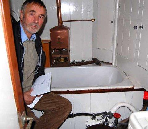 Datidens luksus: «Jærbuen II» ble bygget for 109 år siden av Colin Archer. Den 43 fots store båten har badekar med parafindrevet varmtvannstank. Aud og Uwe Griem (bildet) har nå solgt båten til Larvik Sjøfartsmuseum.