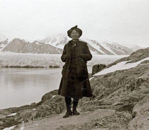 MILJØVERNER: Hanna Resvoll-Holmsen karakteriseres som Norges første moderne natur- og miljøverner. Hun var glødende opptatt av å bevare naturen på Svalbard, og var en viktig aktør i arbeidet for naturfredningen på øyriket. Foto: Norsk Polarinstitutt