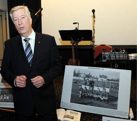 PATRIOT: Sigbjørn Johnsen la aldri skjul på at laget på det store bildet bak ham var hans store idoler tidlig i ungdomsåra.