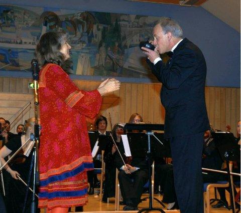 "NYTTÅRSKONSERTEN: Under konserten bød Gyri Tveitt på en velfortjent slurk av sitt ""Hardingøl"" til dirigenten."