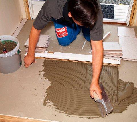 Smør flislimet utover gulvet med en tannsparkel med minimum 10 mm tenner. Ikke smør utover hele gulvet med en gang, husk at du må ha plass til å stå for å legge ut flisene.