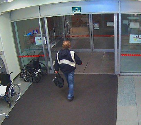 Rudolf Ulvær forlater Nordlandssykehuset i Bodø natt til julaften.
