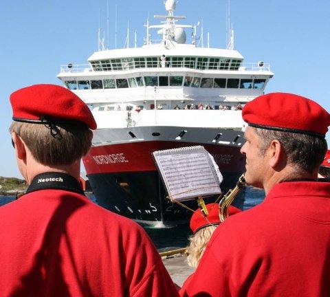 """MOTTAKELSE: Hurtigruteskipet """"Nordnorge"""" ble møtt med korpsmusikk da det ankom Brønnøysund torsdag ettermiddag."""