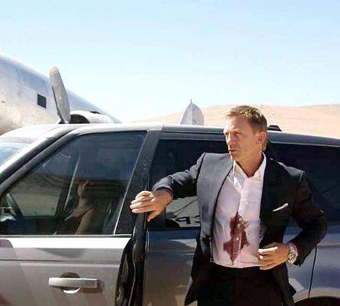 Blod: Akkurat dette bildet er tydeligvis en allusjon til Casablanca, men ellers er det ikke mye drama og intense kjærlighetsforhold som preger den nye Bond-filmen «Quantum of Solace». Utfordringene for macho-Craig er snarere å holde skjortene fri for blod og bilene i kjørbar stand.
