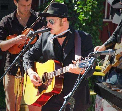 Behagelig: Al DeLoner alias Atle Bystrøm avholdt en behagelig konsert i elleVillas idyllisk bakhage.