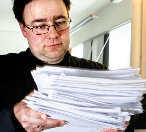 MANGE KLAGER: Her er Helge Hartvigsen ved en tidligere anledning, hvor han viser fram en bunke klager på eiendomsskatt. Foto: Ole Åsheim
