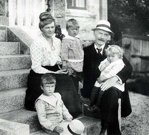 På pappas fang: Ellinor Hamsuns tragiske livsløp skildres på en gripende måte i Gerd Høsts erindringsbok «Så mange slags kjærlighet». Her er Ellinor som to-åring på fanget til sin forgudede far i Jegersborggate 10 i Larvik, der forfatteren bodde i 1917, mens han fullførte romanen «Markens grøde». Et utsnitt av dette velkjente bildet er gjengitt i Høsts bok.