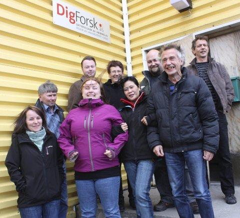 Det er en sosial og blid gjeng som møter deg på DigForsk. Nederst fra venstre Jorunn Henriksen, Tine S. Sandmo-Bøe, Virgie Helseth og Asle Stensen. Andre rad fra venstre Børge Jørgensen, Frode Fredriksen, Tove Elverum, Inge Mikalsen og Geir Degerstrøm.