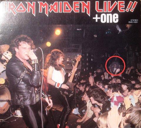 4. juli 1980 spilte Iron Maiden på Marquee Club i London. Johnny Veland og bandet Allison var på plass. Johnny ser du med rød ring rundt. Ringen har BA laget. Samtidig har vi lysnet bildet noe.