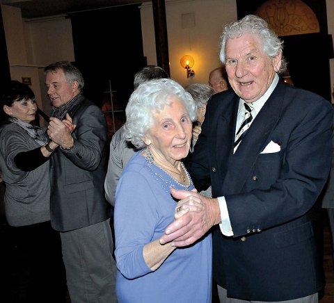 Festens eldste deltaker Lilly Syvertsen (snart 92 år) var en av de ivrigste på dansegulvet, og blant dem som holdt ut til over midnatt. Her svinger hun seg med Anton B. Christiansen som bare er 85.