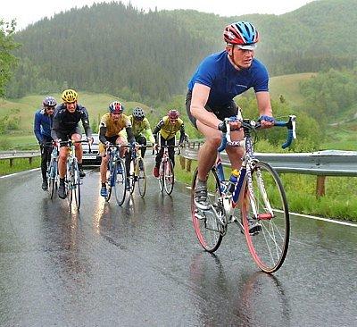 GRUPPE TO:  Terje Jørgensen leder an i gruppe to opp Remmabakken. I spurten måtte han se seg slått av Jarle Andersen.