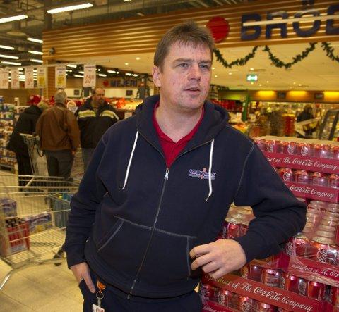 GODE TIDER: Butikksjef Tommy Johansson hos Maximat i Charlottenbergs shoppingsenter er glad i nordmenn. De utgjør nå 80 prosent av kundene.Foto: Geir Egil Skog