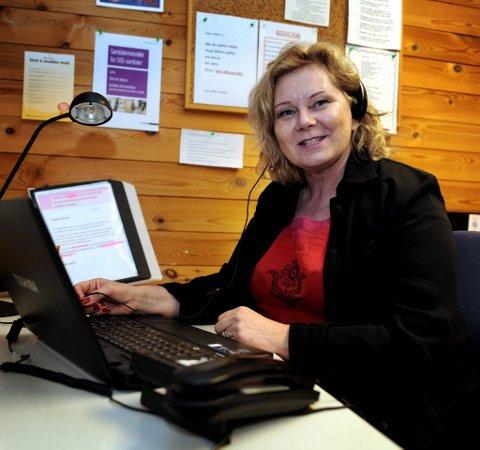 hjelper mange: Svært mange henvender seg til Kirkens SOS i jula, forteller rådgiver Kristin Berget i Kirkens SOS i Hedmark og Oppland.