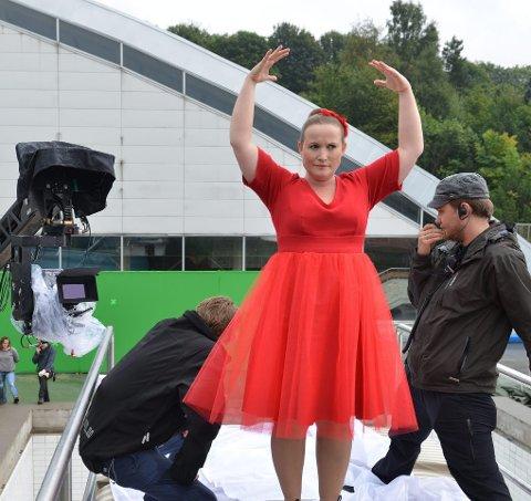 MEST KREVENDE: Filmskaper Solveig Melkeraaen øver seg på å falle i fantasisekvens som flink ballerina i dokumentarfilmen «Flink pike». Foto: Erik Aavatsmark