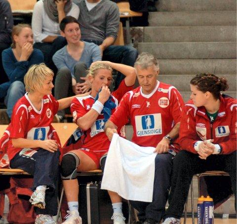 TRØST: Janne Oppheim Søllesnes hjelper Ida Alstad etter skade i kampen mot Romania.