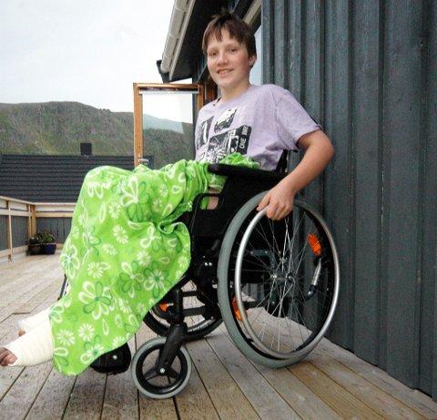 En hjemmesnekret rullestolrampe er nødvendig for at Kristoffer Hansen skal kunne komme seg inn og ut av huset på egenhånd.