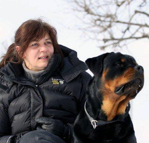 Skeptisk: Styreleder i Gjøvik hundeklubb, Hege Meiler Kvernvolden, mener de hundene som trenger «uniformer» allerede har gode vester i Norge i dag. Utover dette mener hun det er hundens atferd hundeeierens ansvar.Pressebilde