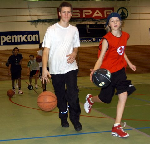 [Bildetxt-inngang]INSTRUKSJON: [/Bildetxt-inngang]Her er Magnus Herstad (til venstre) og Kristoffer Brenden Solberg i gang med å trene på å sprette ballen rundt i hallen.
