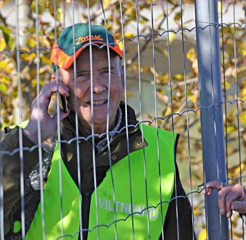 FANT SPOR: Øystein Holene fra viltnemnda fant spor etter elgen som gikk vekk fra motorveien.