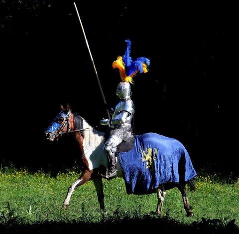 STASELIG: Med full rustning og våpenskjold i blått og gult er treningsøktene litt av et syn.