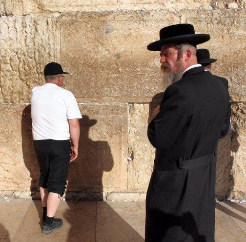 KLAGEMUREN: Det er påbud om å ha på seg et hodeplagg ved Klagemuren i Jerusalem. Hans Løvmo valgte å bruke skjollua... (Foto: Arne Våbenø)