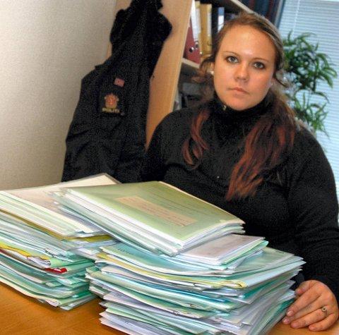ANMELDELSER: Merete Aastorp på Jevnaker lensmanns- kontor med en stor bunke anmeldelser mot Jevnaker-mannen i 30-årene. ARKIVFOTO