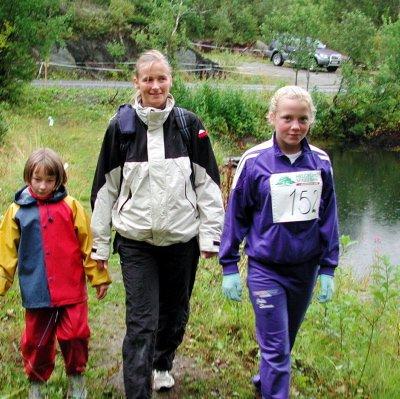 FØRSTE GANG:   Marlene Slydahl går minimarsjen for første sammen. Her sammen  med mamma Karine og Julie Sørum.