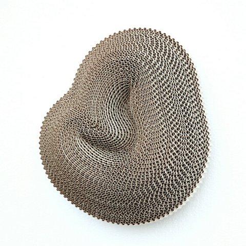 Aud Bækkelund har laga verket 12 invensjonar. Dette er eine objektet framstilt i bølgepapp.