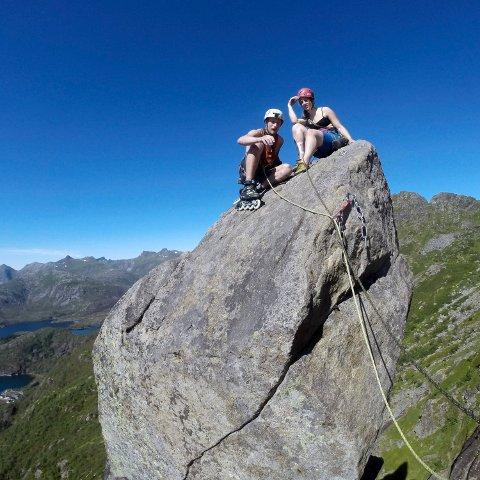 SPRØTT: Joachim Skjævestad besteg Svolværgeita med rulleskøyter. Turkollega Malin Jacob nøyde seg med mer velegnet fottøy.