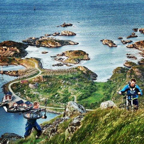 Til fjells. Bjørn Ståle Larsen (t.v.) og Tommy Amundsen på vei opp over Kræmmervika. Syklene bæres og trilles. ? For meg er det blitt en vane å ha sykkelen med på fjelltur, sier Tommy Amundsen som i tillegg til å utøve en morsom hobby, kommer i meget god form.