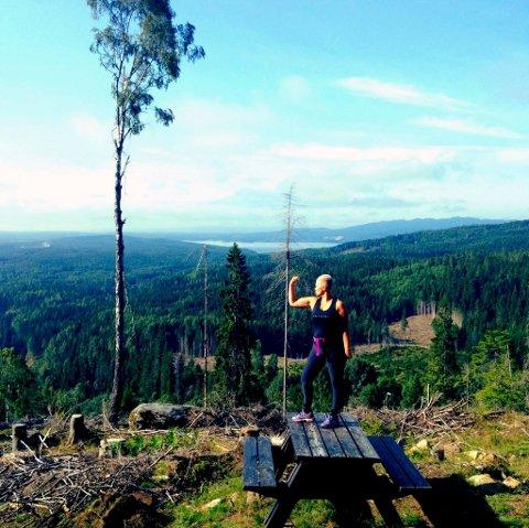 FJELLFIE: Her er Tone Merete Klavenes ute på én av sine treningsturer i skogen rett ved Mistberget.Foto: Privat
