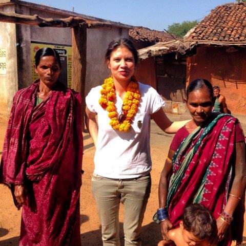 Klærne blir produsert i India, der Sara Fosstvedt har fulgt prosessen, fra bomullsplantasjene til tekstilfabrikkene. Prosjektet er støttet av Innovasjon Norge.