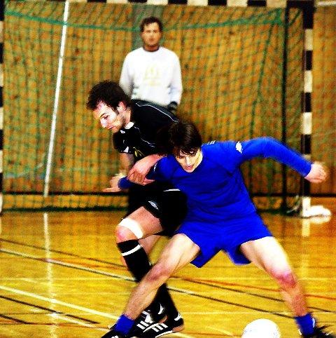 SEIER TIL VEGA:  Thomas Klaussen (foran) og Vega Futsal vant søndagens kamp mot Stian Reinertsen og Nidaros. Det ble samme resultat som i sesongavslutningen i vår. (Foto: Christer S. Johnsen)