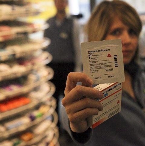 Advarer. Apoteker Hilde Tørrissen advarer på det sterkeste mot å kjøpe Fen tanyl-plaster illegalt. Det er et av de sterkeste legemidlene som finnes, og forskrivningen overvåkes nøye.  Alle foto: Siri Gulliksen