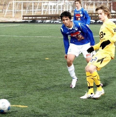 IGJEN: Roholla Iqbalzadeh (t.v.) scoret mot Daniel Berntsen og Glimt.