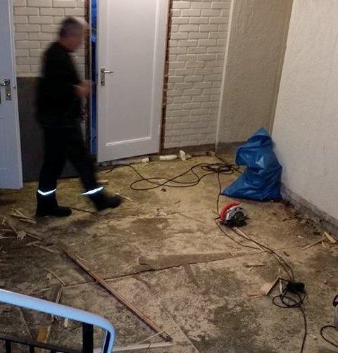 RIVES: Gulvet i gangen i kjelleren på Graftås samfunnshus er nå rivd opp på ny. (Foto: Privat)