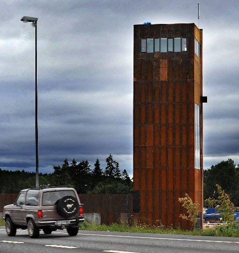 STÅL SOM RUSTER: Solbergtårnet ruver 29 meter over bakken. Sørveggen er kledd i ubehandlet sedertre. De øvrige tre veggene er i cortenstål. Det er stål som raskt ruster, og som dermed har en beskyttende effekt.