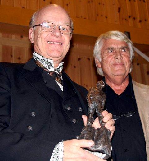 FIKK SPRÅKPRIS: Sigmund Groven ble tildelt Storegutprisen av Sondre Bratland.