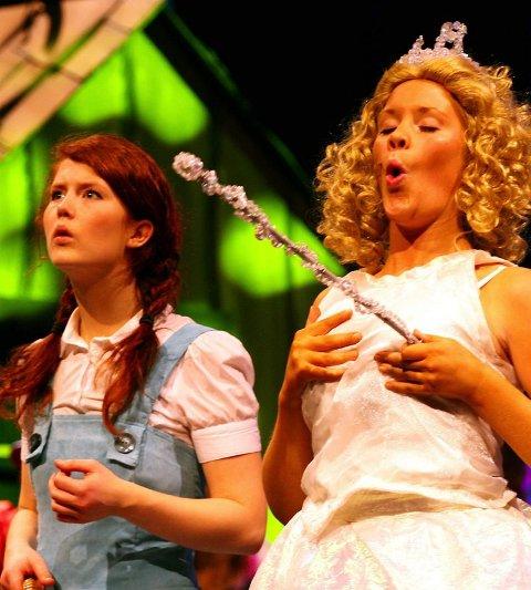 MORSOMT: Katarina Krogh Engelsen og Mari Hauge Einbu, her som den gode heksa Glinda, byr på mange morsomheter i denne musikalen.