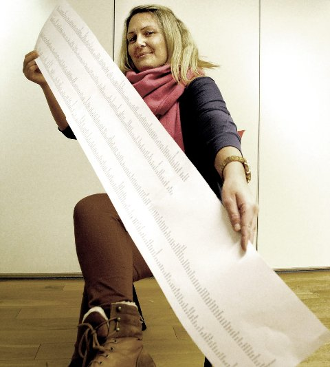LANG LISTE: Mari Aas viser fram lista over de frivillige. (Foto: Guril Bergersen)