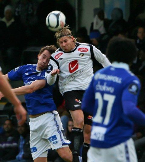 Sogndals Ulrik Flo i duell med Moldes Vegard Forren.