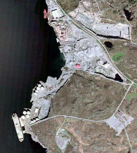 Satelittfoto over anleggsområdet på Sløvåg i Gulen som ble rammet av en kraftig eksplosjon 24. mai 2007. Satelittfoto gjengitt med tillatelse av zett.no.