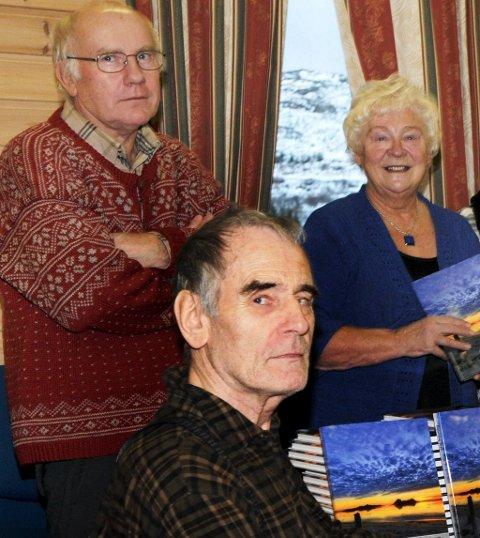 Finn Myrvang (foran) og resten av Bø bygdelag gir sin støtte til bygdeboka i Sortland. Her sammen med forfatter Arve Elvik og Laila Sæther.